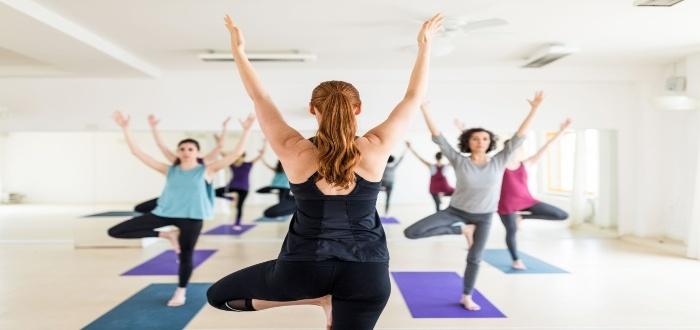 Abrir un centro de yoga, para enseñar distintos tipos de posturas relajantes