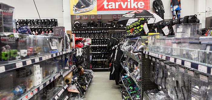 estantería-de-tienda-para-motociclistas