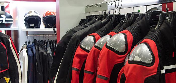 ropa-de-motociclistas-colgada-para-venta