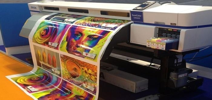 Impresión a laser y colorida en un negocio de imprenta digital