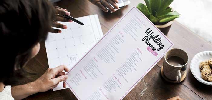 planificadora-de-boda-explicando-servicios-a-pareja