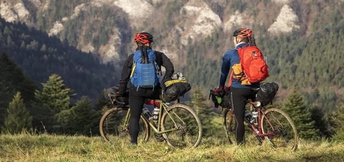 Subir a las montañas en una idea entretenida y una forma de hacer negocios de bicicletas