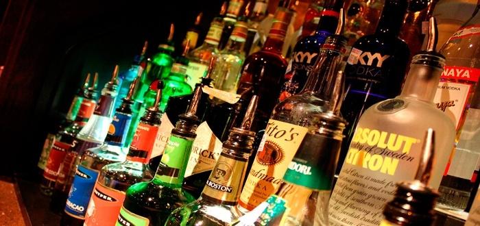 botellas en una barra de un bar