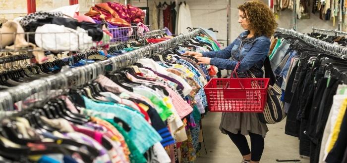 Iniciar un negocio de ropa usada atrae clientes