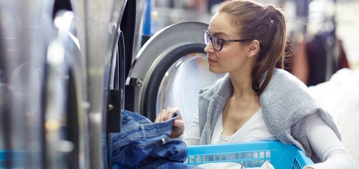Mujer-en-una-lavandería-de-autoservicio