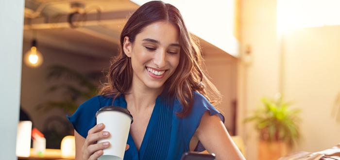 Mujer-en-cafetería