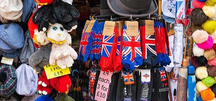 medias, peluches y otras baratijas exhibidas en un remate, uno de los negocios rentables en colombia