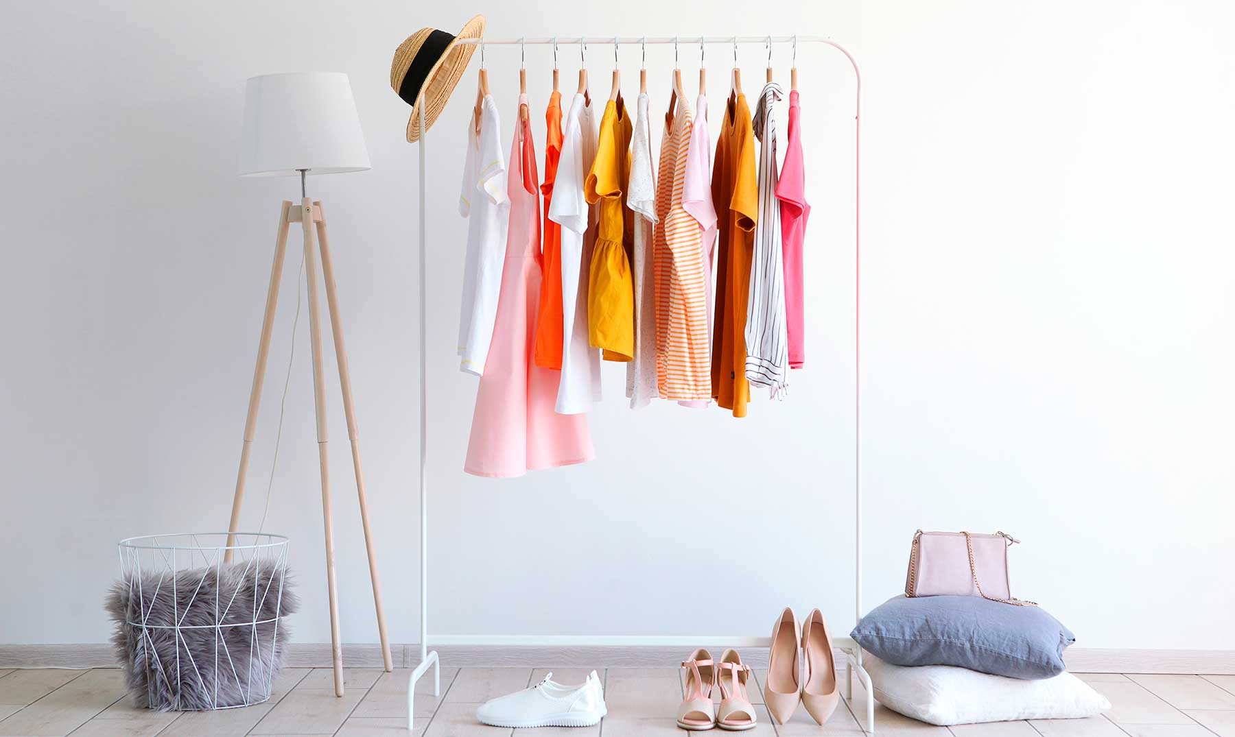 ropa colgada expuesta en un cuarto