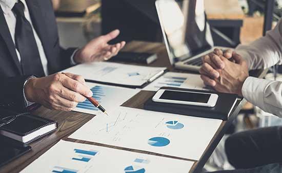 personas-de-negocios-analizando-graficos