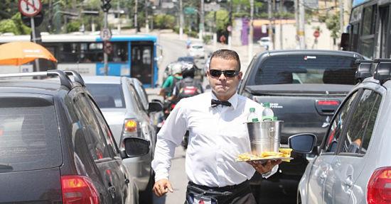 Jairo Rosendo de Freitas, de 34 años, es un ex gerente, que ahora vende aguas en la calle, muy bien vestido.