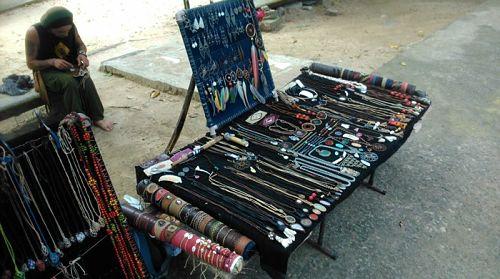 Puesto desmontable de artesanía en la calle