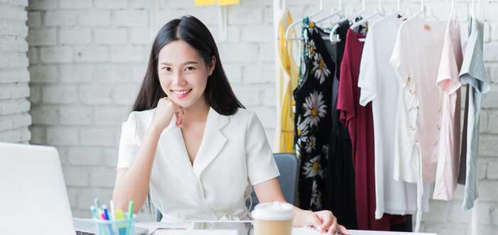 chica-vendiendo-ropa-por-internet