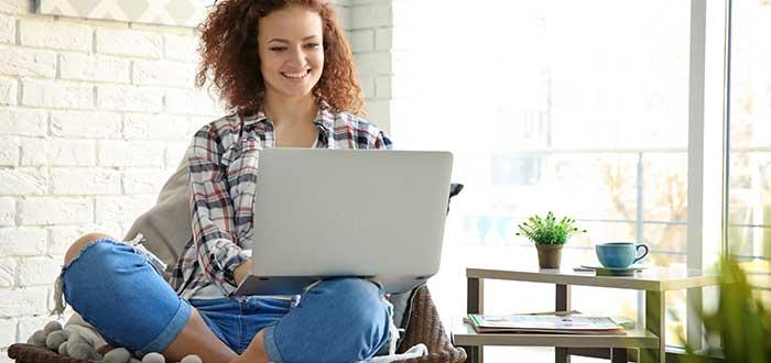 mujer-emprendedora-trabajando-online-negocios-desde-casa