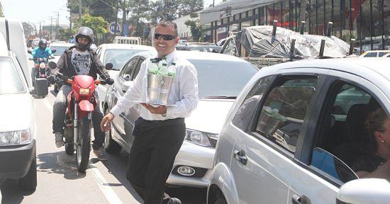 Caracterización para vender agua en las calles. Ropa de camarero y bandeja con cubo de agua y botellas de agua mineral.