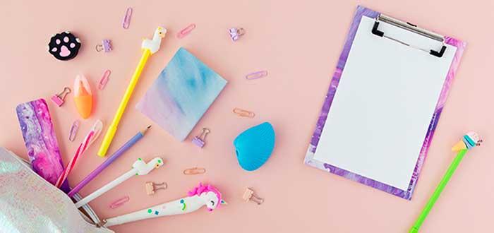 diversos artículos de papeleria con diseños adorables puestos sobre una mesa