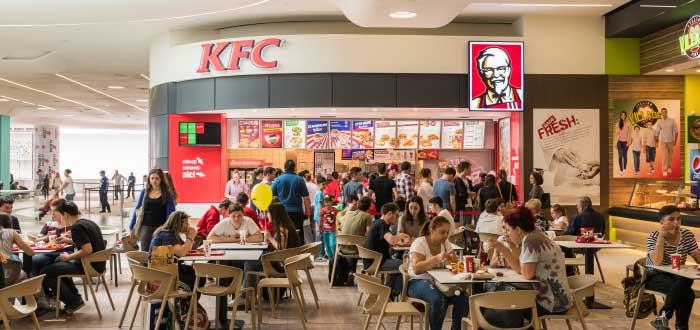 personas-comiendo-en-franquicia-kfc