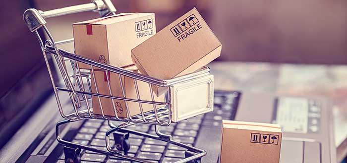 carrito de mercado lleno de cajas para la reventa de productos