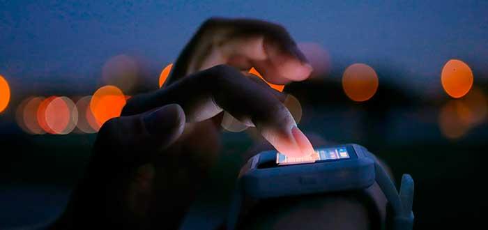 persona operando smartwatch