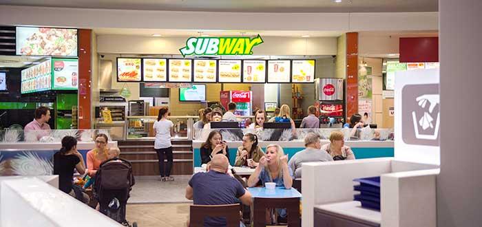 personas-comiendo-interior-restaurante-subway