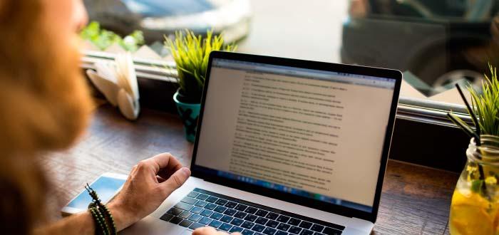 hombre-ganar-dinero-escribir-por-internet