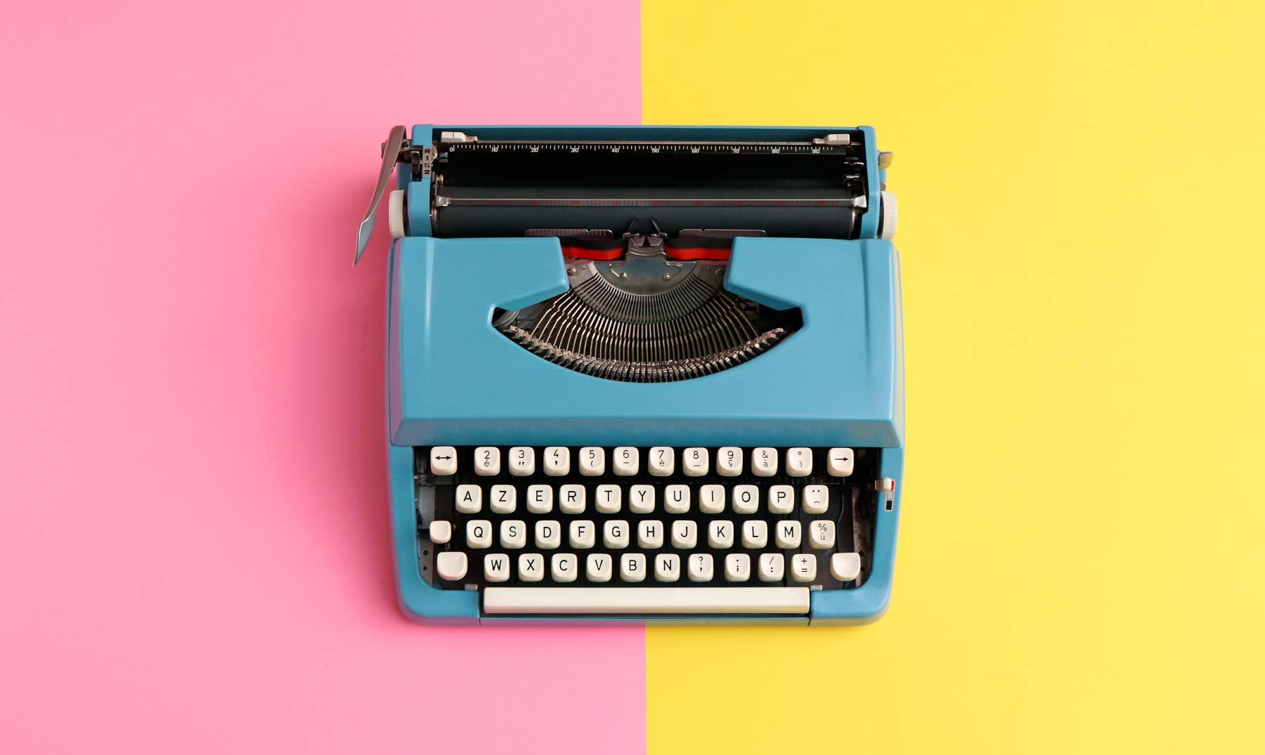 maquina-escribir-sobre-fondo-rosa-amarillo