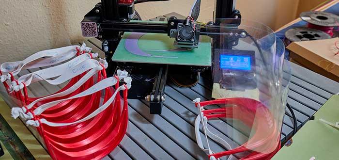 negocio con impresora 3d imprimiendo base para máscaras de protección