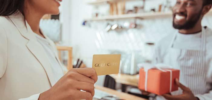 mujer-comprando-tienda-de-regalos