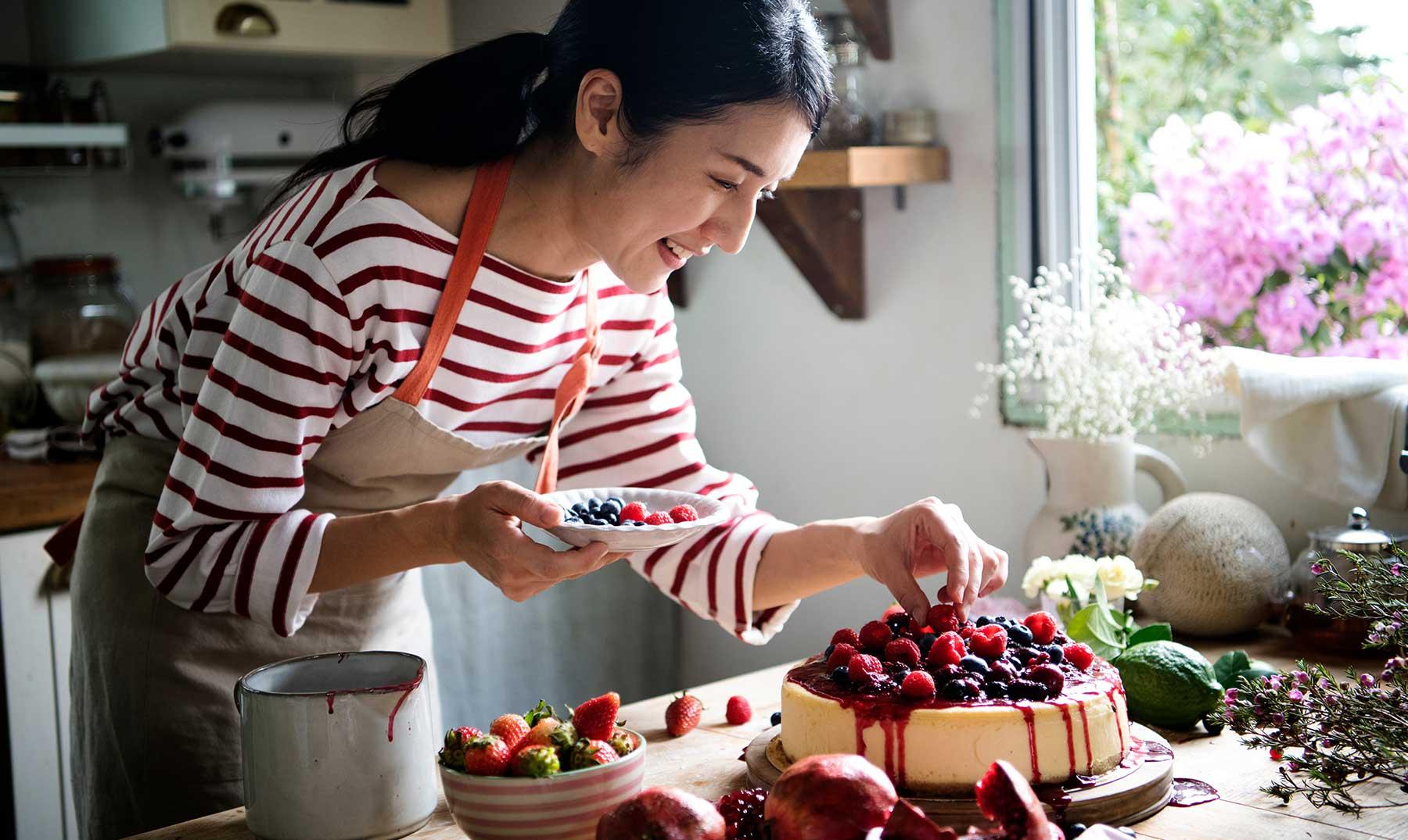 mujer-preparando-tarta-en-su-cocina
