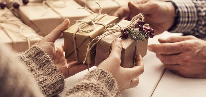 mujer-recibiendo-compra