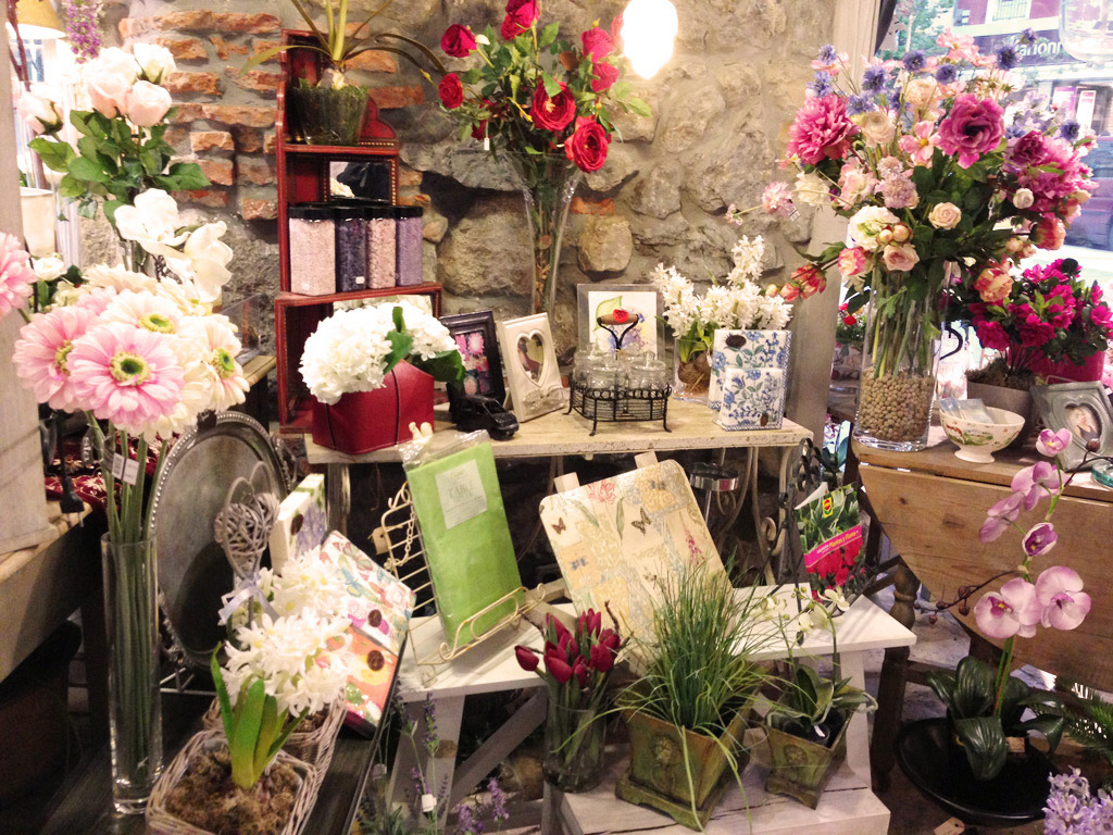 C mo montar una tienda de flores artificiales for Plastico para estanques artificiales