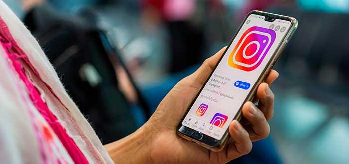 mano sosteniendo teléfono con una imagen del logo de instagram abierta en el navegador