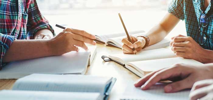 estudiante-instructor-de-otros-compañeros-de-clase