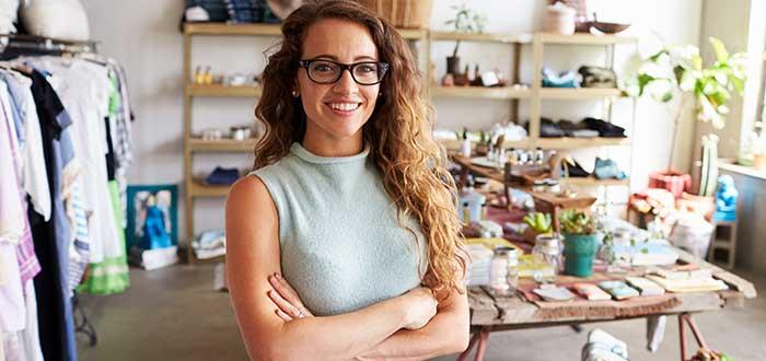 joven-emprendedora-de-un-negocio-de-ropa