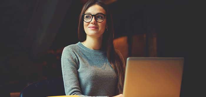 joven-redactando-por-internet-ideas-de-negocios