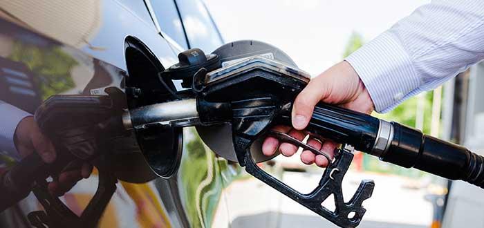 hombre-echando-combustible-carro-franquicias-gasolineras