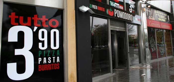 """fotografía de local de la franquicia Pomodoro que resalta un letrero con la leyenda """"tutto 3,90"""""""
