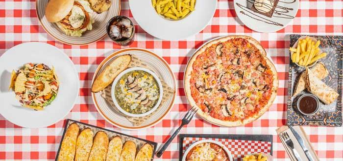 vista desde arriba de diferentes platos de comida italiana