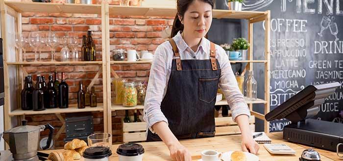 mujer atendiendo tras una barra en cafetería