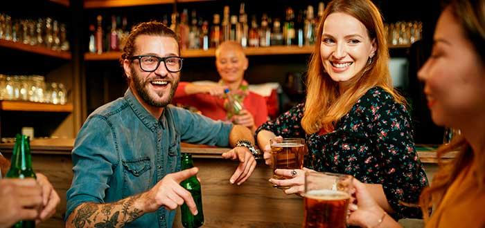 amigos divirtiéndose en un bar