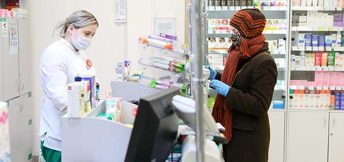 negocio de farmacia con dos mujeres, una atendiendo y otra comprando