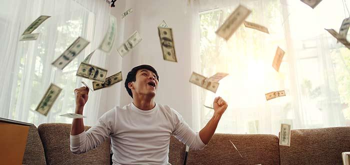 hombre-feliz-al-ganar-dinero-sin-trabajar-concepto-negocio-linea