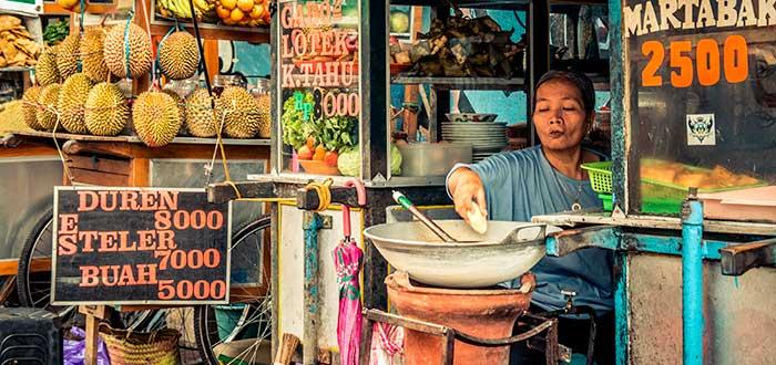 señora vendiendo comida
