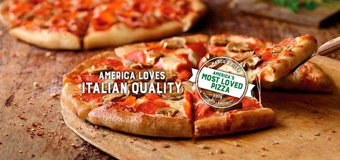 "Leyenda ""American loves italian quality"" con una pizza de fondo y un sello que dice ""America's most loved pizza"" refiriéndose a la franquicia de Marco's Pizza"