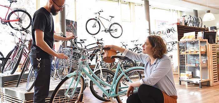 mujer y hombre en negocio de bicicletas