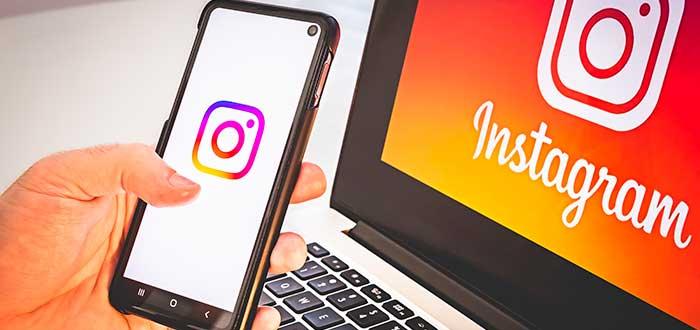 persona con teléfono con la aplicación de instagram abierta frente a computador también con instagram abierto