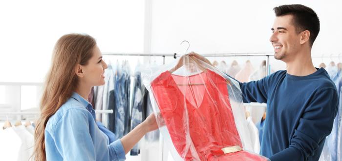 Cliente-recibe-vestido-en-tintorería