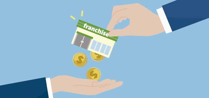 """ilustración de una mano sacudiendo una casita con el letrero de """"franquicia"""" mientras caen monedas en otra mano"""