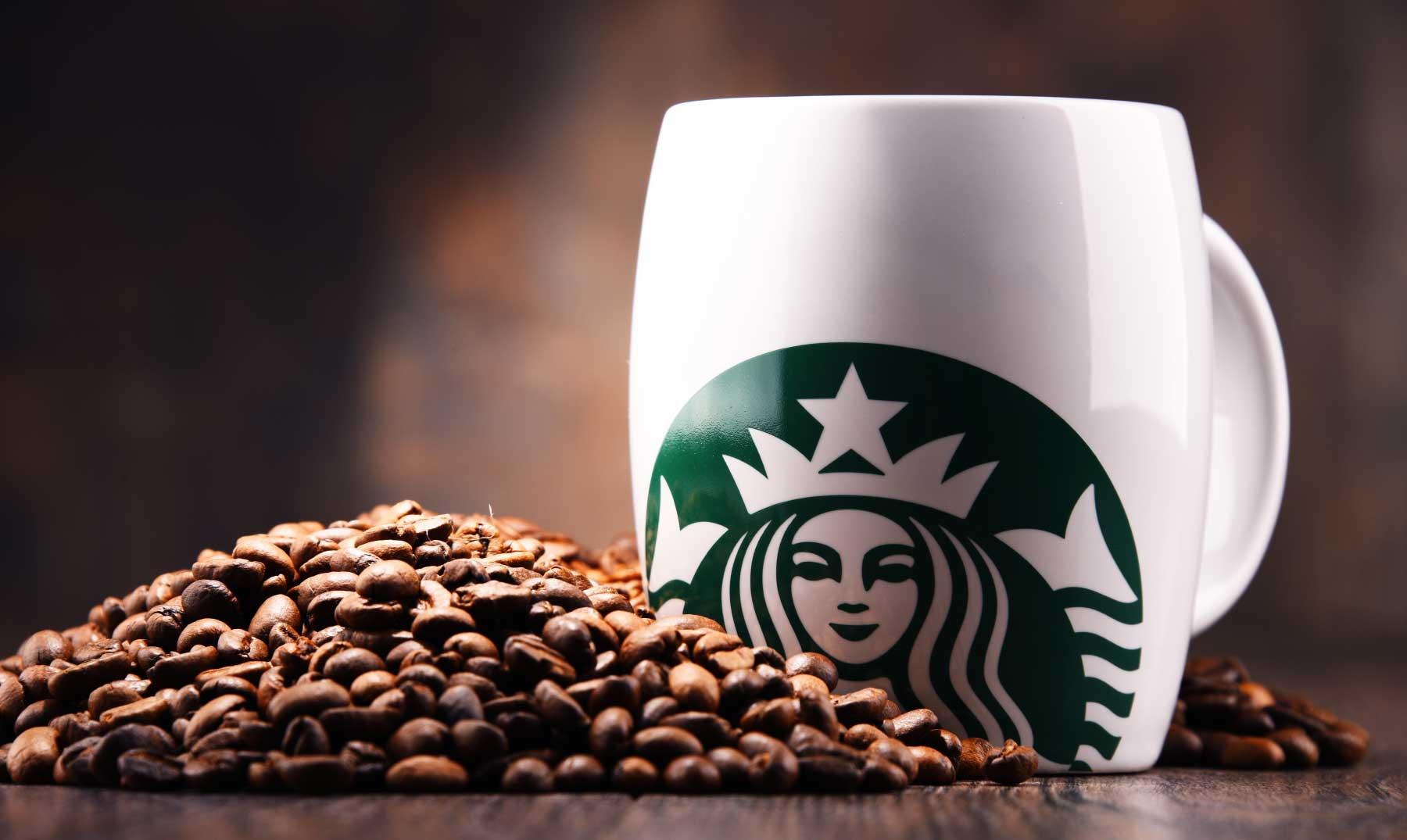 granos de café y taza con logo-franquicia-starbucks
