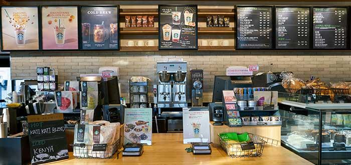 vista-frontal-pantallas-con-menú-ofertas-café