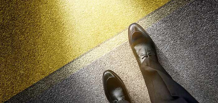 simboliza-hombre-iniciar-camino-negocios